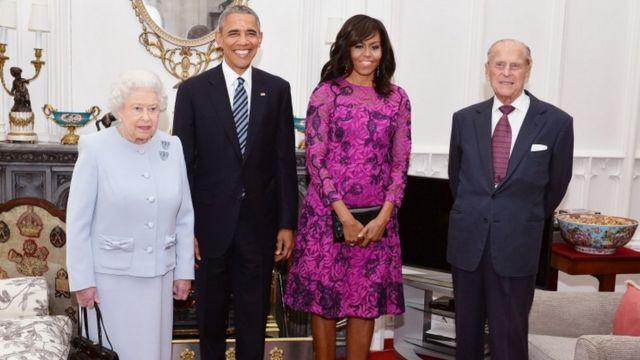 Umwamikazi Elizabeth II n'umugabo we igikomangoma Phillip bifotozanyije na Barack Obama n'umugore we Michelle.