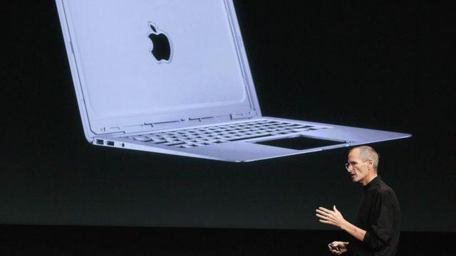 Steve Jobs 2010 yılında MacBook Air'ı tanıtırken