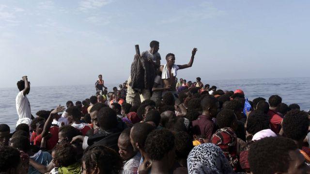 Inmigrantes esperan ser rescatados al norte de la costa de Libia