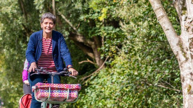 Gwenda Owen pedalando