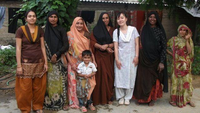 ग्रामीण महिलाओं के साथ काओरी कुरिहारा