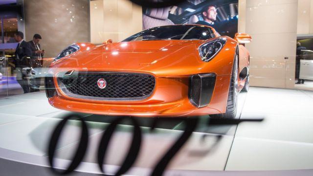 Jaguar en un salón de exhibición automotriz