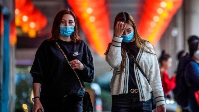Peatones portando mascarillas en Macao.