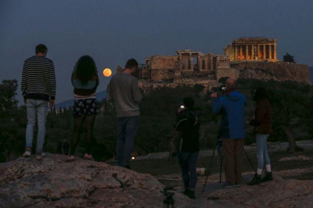 місяць над храмом Парфенон
