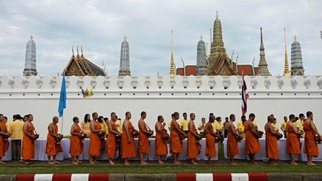 王宮前に集まった770人の仏教僧(9日)