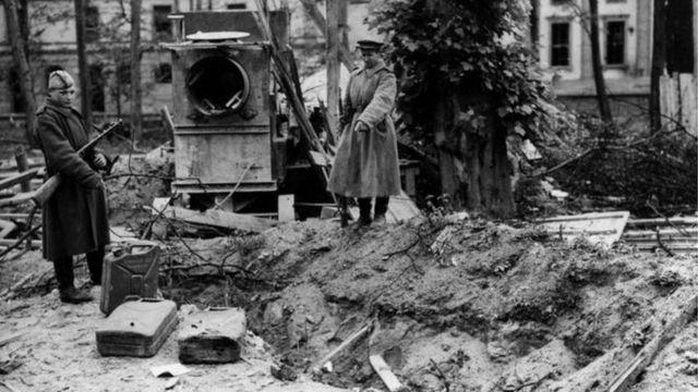 شوروي پوځيان او د هتلر قبر