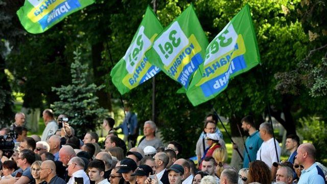 Прихильники Зеленського із прапорами
