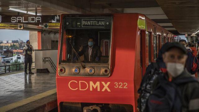 Un conductor del metro de Ciudad de México usa una mascarilla un día después de la declaración de la fase 3 de la contingencia sanitaria.
