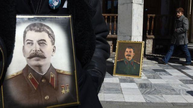 портреты сталина и люди