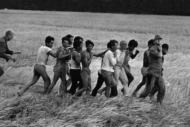 Lính Mỹ áp giải nhóm người bị bắt năm 1967