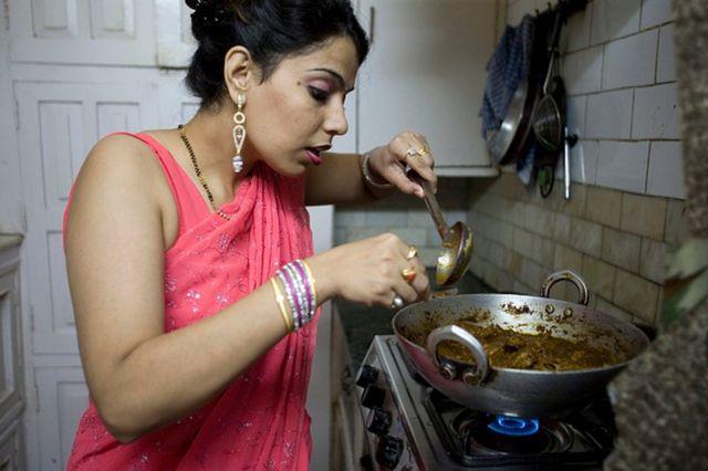 Une femme au foyer indienne à New Delhi prépare son plat préféré dans sa cuisine