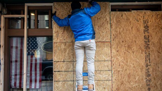 Prédios se cercam com tapumes em Washington com medo de violência na eleição americana