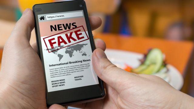 Celular com fake news