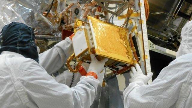 Cientistas observam sonda que irá inspecionar asteroid