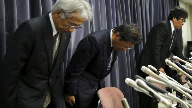 燃費データについて記者会見し謝罪する三菱自動車の幹部ら(20日)