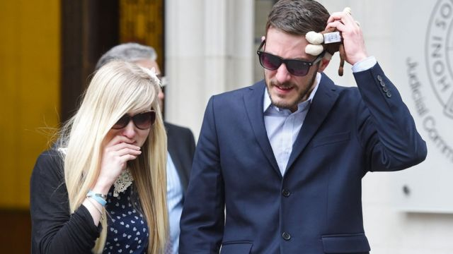 Connie Yates y Chris Gard llorando a la salida de los tribunales.