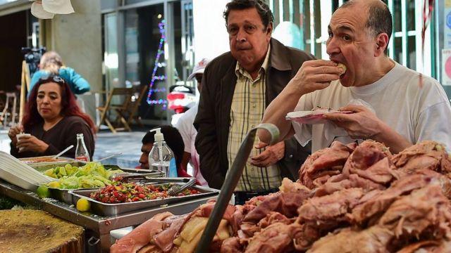 Hombre comiéndose un taco en México