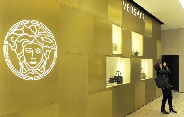 范思哲是意大利知名时尚品牌,服饰色彩鲜艳。