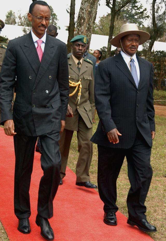 Prezida Paul Kagame (i bumoso) na Prezida Yoweli Museveni (i buryo) bahurira i Mbarara itariki 30/09/2006