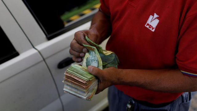 Hombre con un fajo de billetes (foto de agosto de 2018)