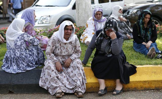 犠牲者を悼む女性たち