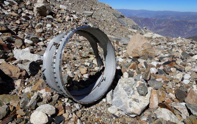 Un pedazo de restos del avión entre las piedras.