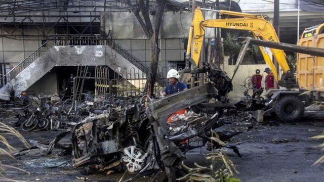 教堂遭受自杀汽车炸弹攻击现场。