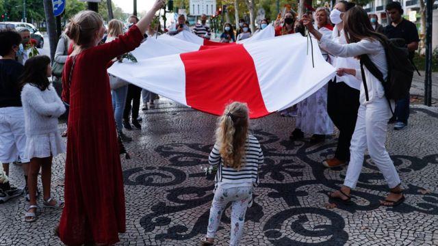 женщины на демонстрации в Лиссабоне