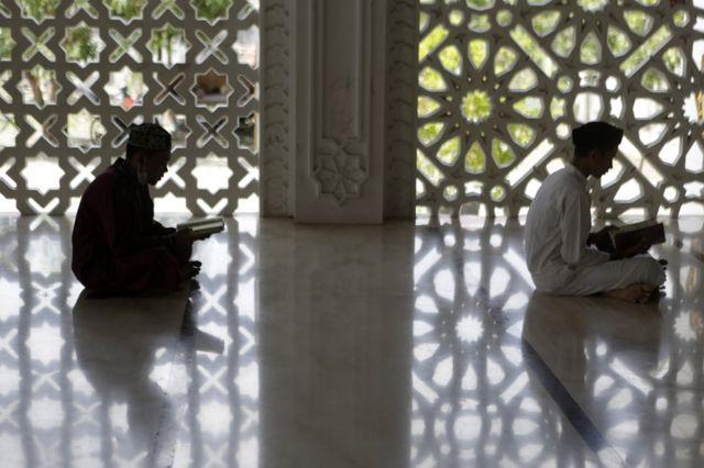 صبيان يجلسان لقراءة القرآن في مسجد في باندا أتشيه في إندونيسيا