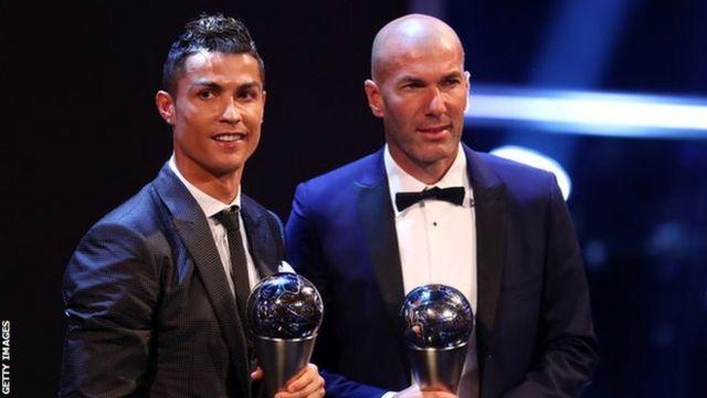 Weerraryahanka kooxda Real Madrid, Cristiano Ronaldo iyo tababarihiisa Zinedine Zidane oo kor u haya billadaha ay ku guulaysteen.