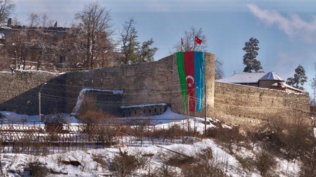 Флаг Азербайджана над шушинской крепостью