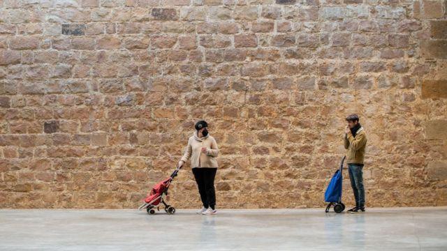 Dos compradores en Barcelona mantienen el distanciamiento social