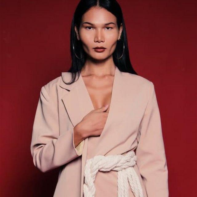 Mimi Tao có làn da nâu, gò má cao, khuôn hàm rộng - một khuôn mặt rất high-fashion