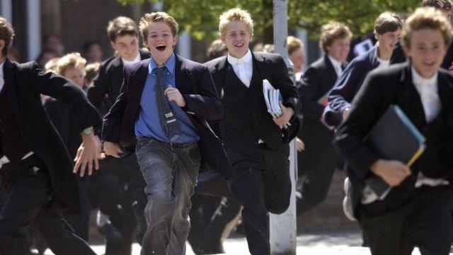 Ученики Итона бегут после экзамена