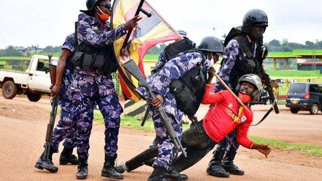 Booliiska Uganda oo xiraya qaar ka mid ah taageerayaasha Bobi Wine