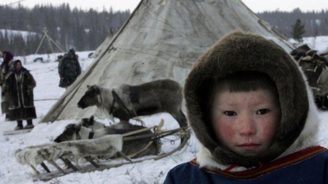 Niño en una comunidad de pastores nómadas de Siberia