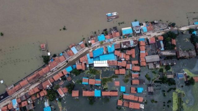 Hàng triệu người phải sơ tán và hàng ngàn lính được điều động trên toàn quốc để giúp phòng chống lũ lụt.