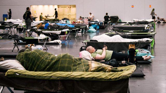 Pessoas descansam em um 'centro de resfriamento' em Oregon, Portland