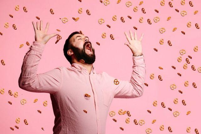 Hombre bajo una lluvia de galletas.
