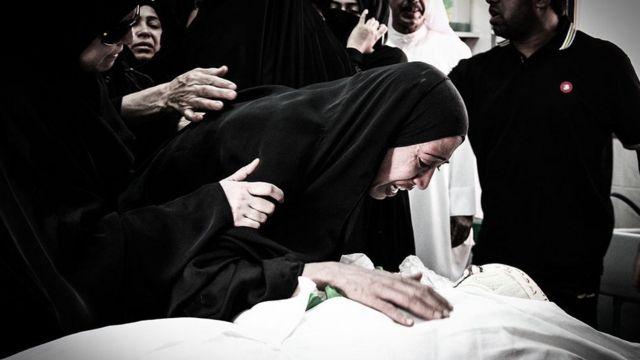 La madre de Abdul Aziz al-Abbaa llorando sobre su cadáver