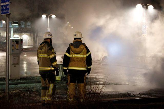 İtfaiye yangını söndürürken