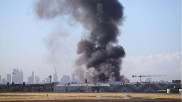 飞机坠毁后起火,现场生升起浓烟。