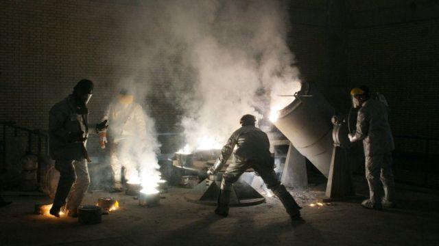 Homens trabalhando em enriquecimento de urânio