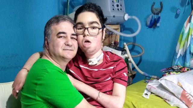 Pablo Correa y Santi abrazados