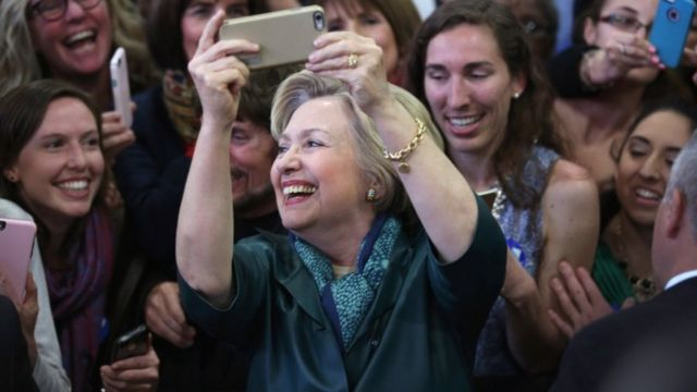 コネティカット州の支持者集会で自撮りするクリントン氏(24日)