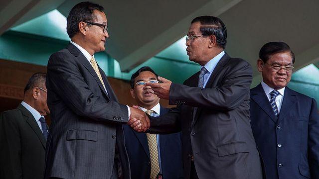 Летом 2014 года Хун Сен и Сам Рейнси (слева) провели переговоры после массовых протестов