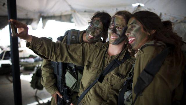 ইসরায়েলের নারী সেনাদের সেলফি