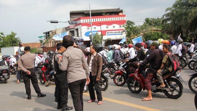 Para peserta aksi di Solo tak bisa melintas ke jalanan sekitar kediaman keluarga Preisden Joko Widodo.