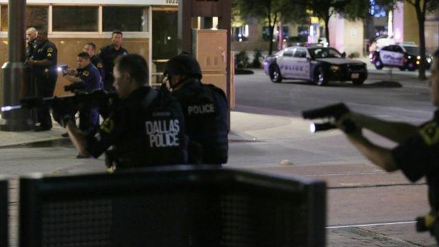 銃声が響き、行進している人たちは混乱状態に陥ったと目撃者は言う(7日)