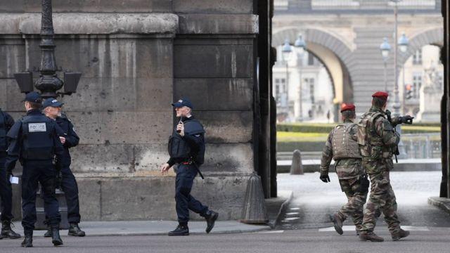 جنود فرنسيون أمام متحف اللوفر